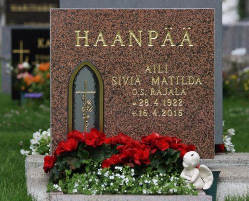 Hautakivi on valmistettu Taivassalosta louhitusta graniitista. Kivessä on terävähuippuinen kynttilälyhty.