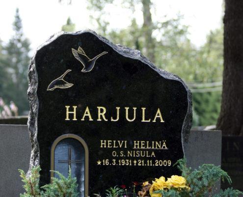 Vahvalinjainen pystymallinen hautakivi, jossa on jätetty paljon tilaa linnuille