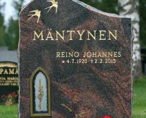 Pystymallinen ja selkeälinjainen hautakivi, jossa on tilaa neljälle nimelle