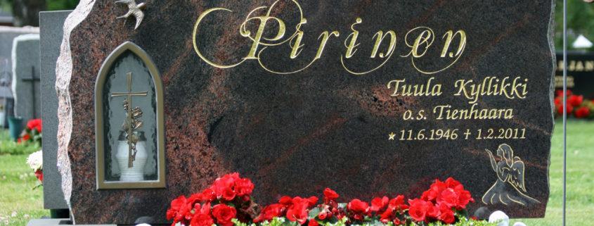 Hautamuistomerkki on särmikkäästi louhittu ja tekstissä on käytetty koristeellisuutta.