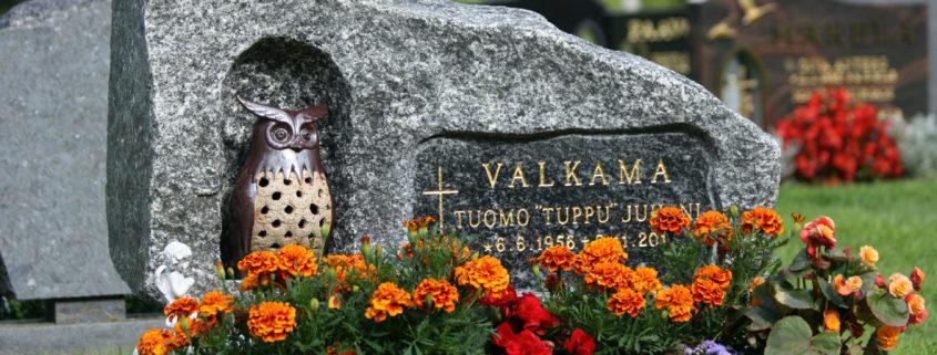 Tähän luonnonkivestä tehtyyn hautakiveen on tehty louhittu pesä pöllölle. Nimitila on upotettu ja hiottu