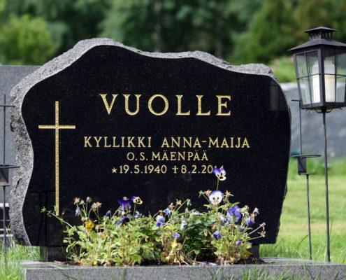 Tämä pilvimallinen hautakivi on suunniteltu yhdelle tai kahdelle nimelle