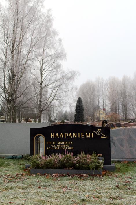 Muistomerkissä on symmetrinen kaari, jossa on hyvin tilaa neljälle nimelle