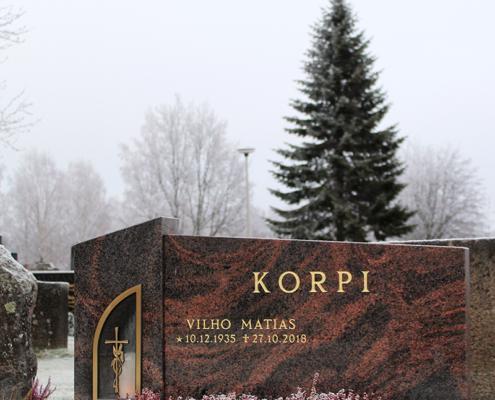 Kaksiosainen hautakivi, jossa on uusi Loimu lyhtykehys ja kullatut tekstit sekä kukka-aukollinen aluskivi.